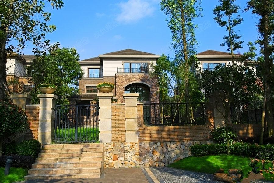 清河湾已是现房,目前在售建面274-480平米欧式风格别墅,全款优惠5%,按揭优惠1%,惠后均价13000元/平米。 清河湾 咨询电话:400-099-0099 转 16507